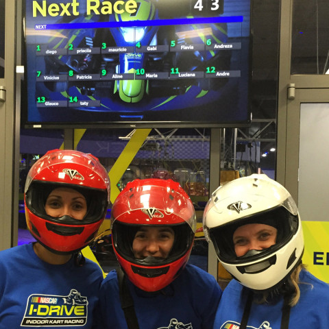 A Aline, eu e a Flávia prontas pra corrida de kart no iDrive NASCAR