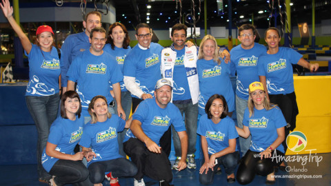 Todos os blogueiros e equipe de produção depois da corrida no iDrive NASCAR