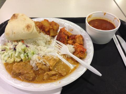A comida indiana que o Gabe pediu, ele aprovou