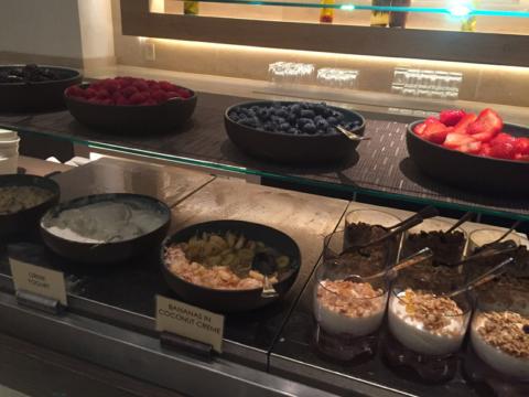 Iogurtes e frutas variados, e com granola