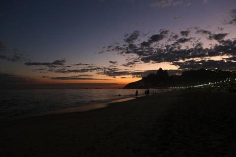 Escurecendo na Praia de Ipanema