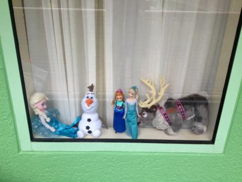 Nossa janela do quarto no Pop Century decorada com os personagens de Frozen