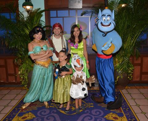 Nós com a Jasmine e o Gênio na festa de Halloween