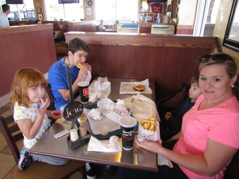 Nos deliciando com os hambúrgueres do JCW's