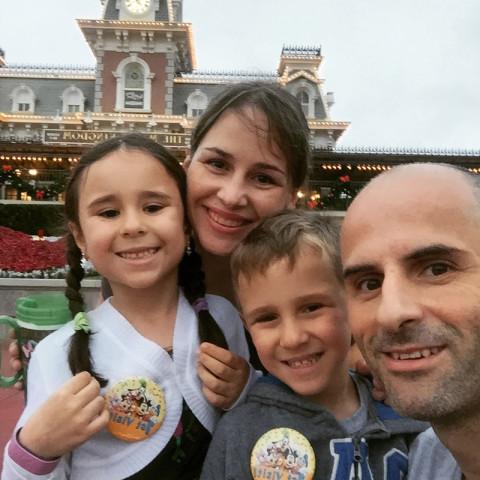 Juliana e família chegando ao Magic Kingdom