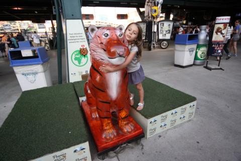 Julia abraçando o tigre mascote
