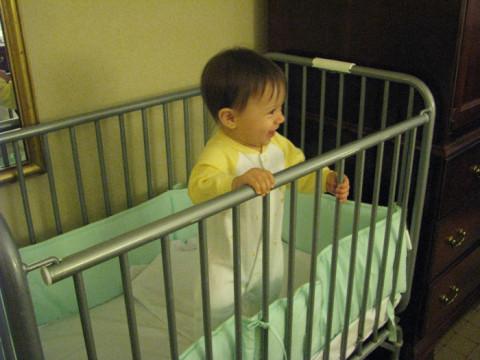 Julia em um bercinho de hotel em NY