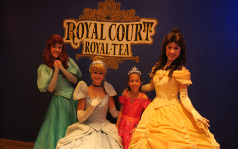 Julia no chá com as princesas no Royal Court do Disney Fantasy