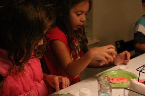 Julia finalizando mais um cookie