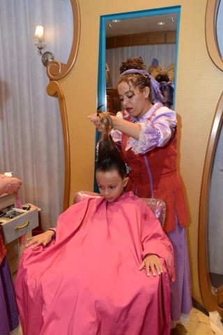 Como elas esticam o cabelo das meninas!