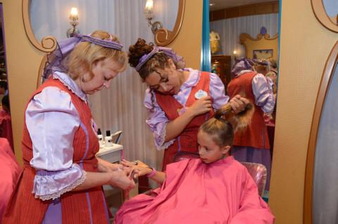 Julia começando a transformação na Bibbidi Bobbidi Boutique