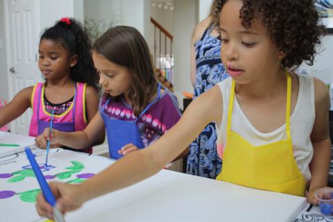 Julia e as amigas começando a pintar