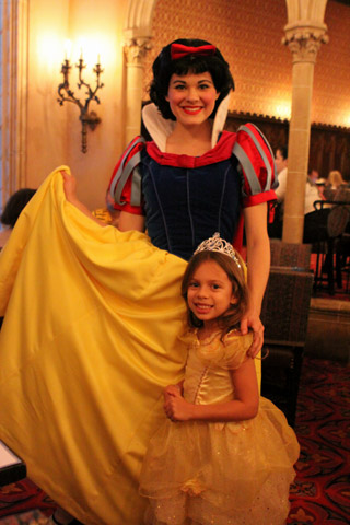 Julia e Branca de Neve no jantar do restaurante Cinderella's Royal Table