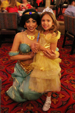 Julia e Jasmine no jantar do Cinderella's Royal Table
