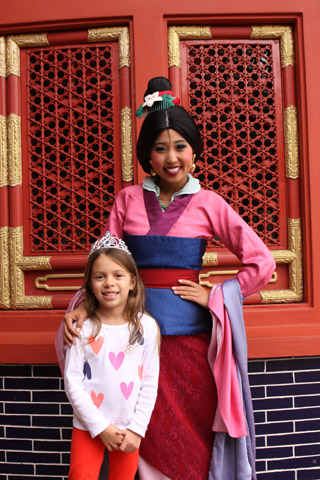 Julia e Mulan no pavilhão da China, no Epcot