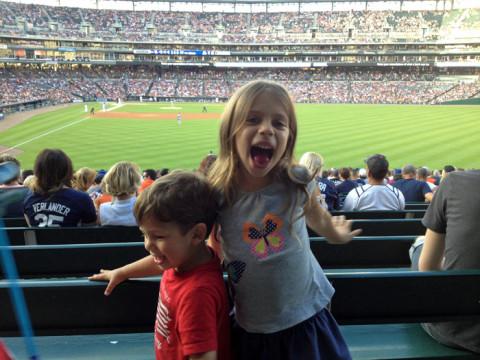 Julia e Eric curtindo o jogo de baseball