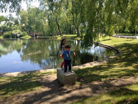 Julia e Eric curtindo o belo jardim de Centre Island