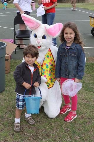Julia e Eric com o coelho de Páscoa (achei feio esse coelho!)