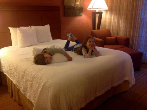Julia e Eric testando a cama do Courtyard Memphis
