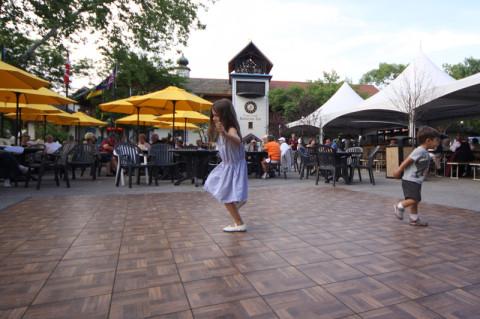 Julia e Eric dançando na praça onde fica a torre do relógio