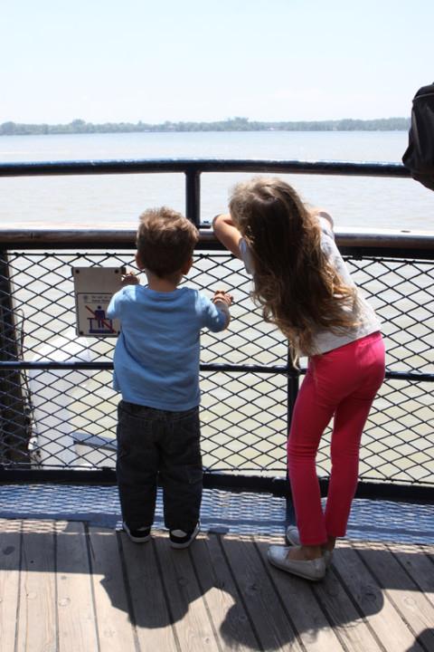 Julia e Eric apreciando a vista de Toronto no ferry