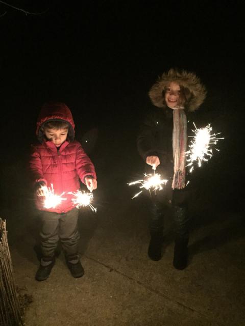 Julia e Eric brincando com fogos
