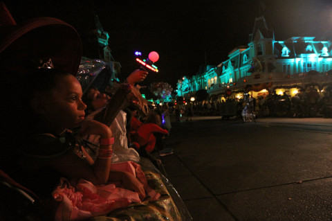 Julia e Eric esperando o desfile de Halloween