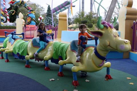 Julia e Eric brincando no playground If I Ran the Zoo