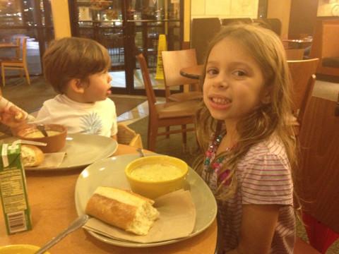 Julia e Eric jantando na Panera Bread