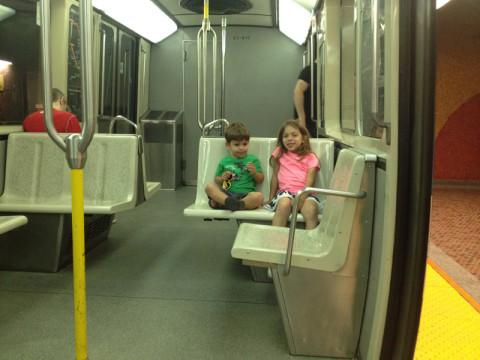 Julia e Eric no metrô em Montréal