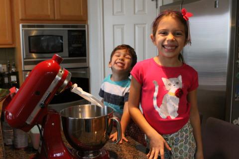 Julia e Eric prontos pra começar a fazer os cookies de Natal