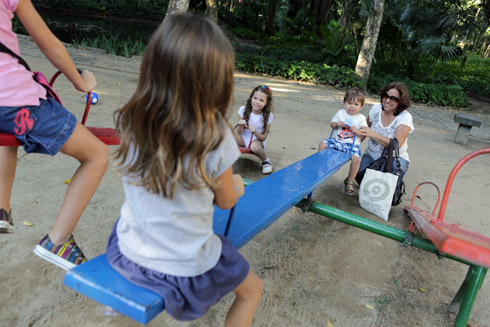 Julia e Eric no playground do Parque Lage