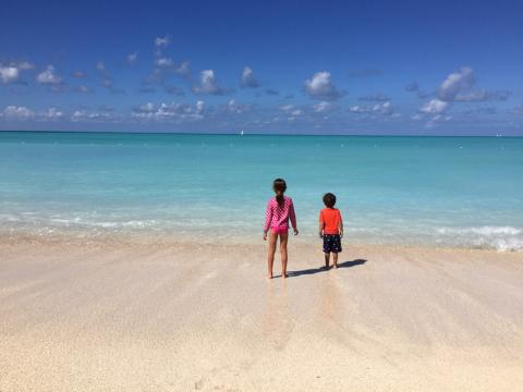 Julia e Eric na praia em Antigua, mais um dia perfeito