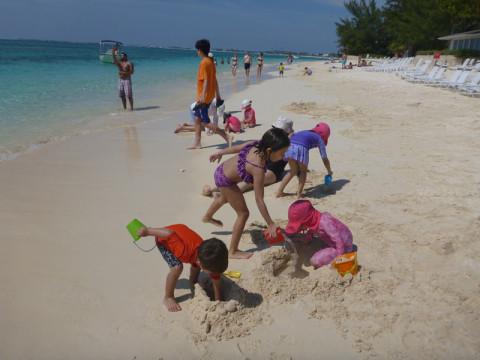 Julia e Eric brincando com outras crianças do cruzeiro no Royal Palms