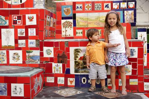 """Eric e Julia conferindo os azulejos das """"banheiras"""" nas laterais, foto Gustavo """"Camarão"""" Bordallo"""