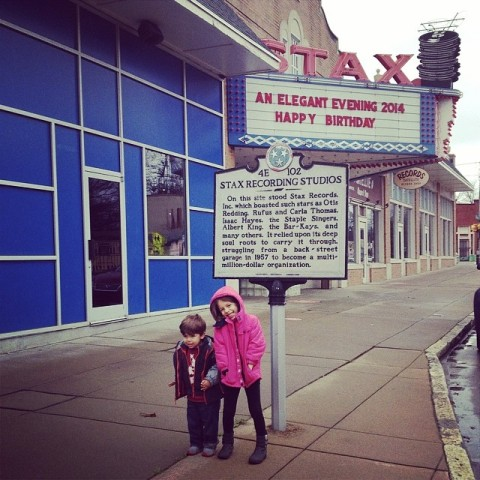 Julia e Eric visitando o museu de música soul Stax em Memphis