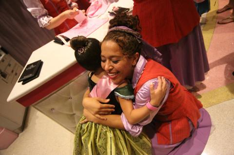 Julia dando um abraço se despedindo da sua fada madrinha