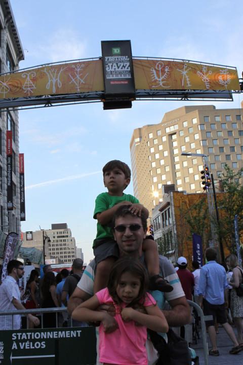 Julia, Gabe e Eric chegando no festival no nosso segundo dia