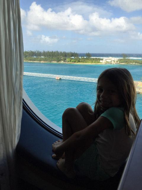 Julia na janela em Nassau