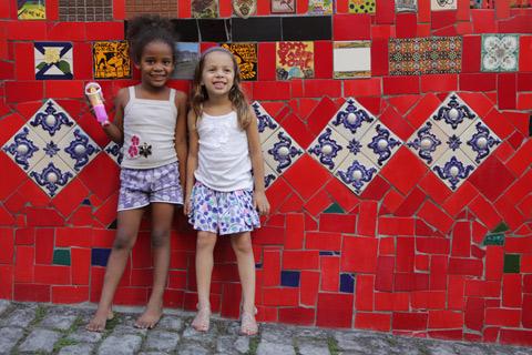 """Julia e Kayla, menina que mora em uma casa na Escadaria Selarón, foto de Gustavo """"Camarão"""" Bordallo"""