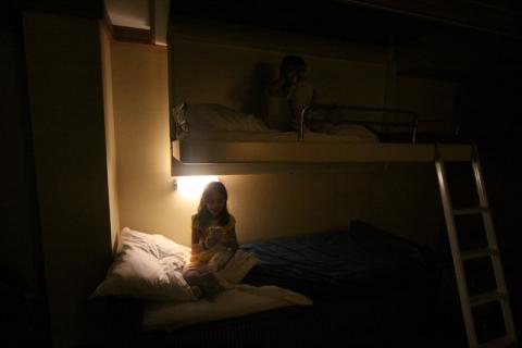 As duas camas na beliche tem uma lâmpada cada uma