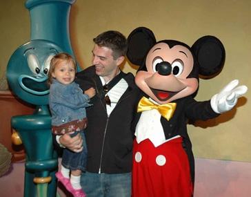 Julia e o Mickey na Disneyland, Califórnia, 2009