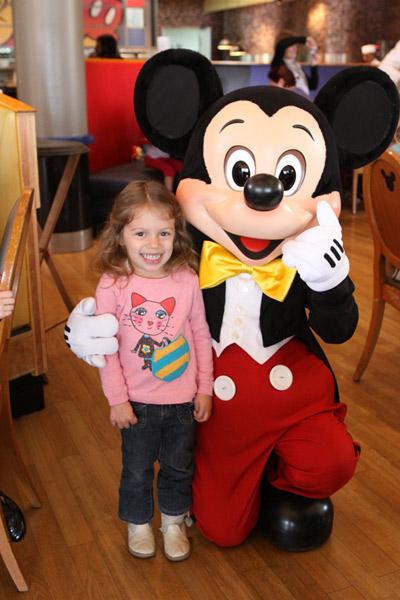 Julia adorou almoçar com o Mickey e sua turma no Café Mickey, Paris, 2011