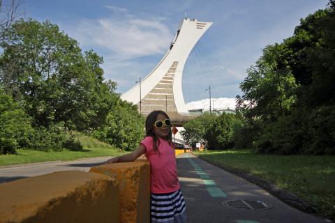 Julia fazendo pose com a Torre de Montréal