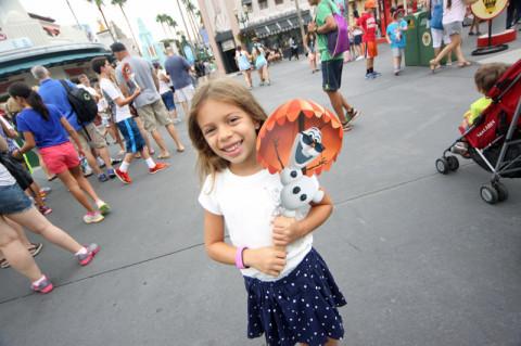 Julia com o seu leque de Olaf