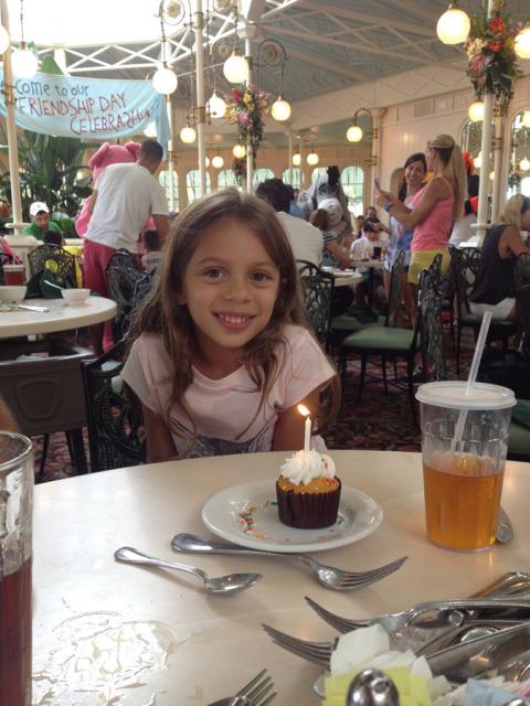 Cupcake de parabéns pra Julia