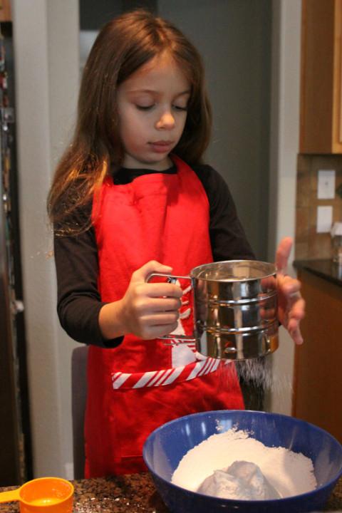 Julia começando os trabalhos peneirando o açúcar