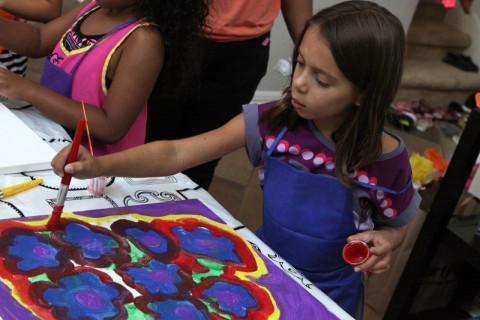 Julia terminando seu quadro
