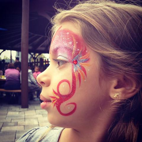 Julia ficou toda feliz com a sua pintura no rosto na Legoland