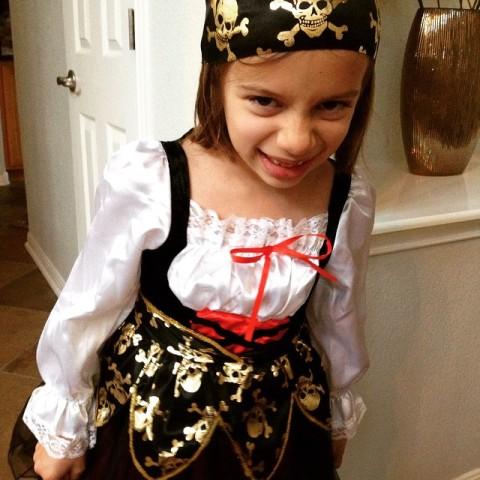 Minha Julia pirata, experimentando sua fantasia